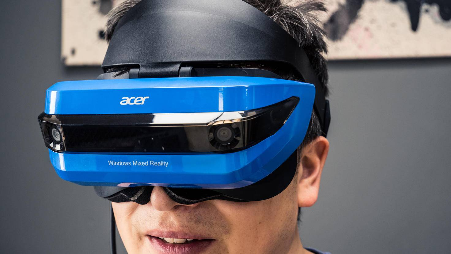 Aufgesetzt wird das Headset wie ein Helm, das Display wird wie ein Visier nach unten geklappt.