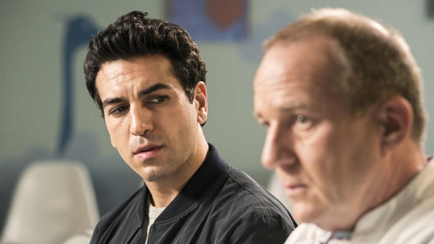 Lenny (Elyas M'Barek, l.) hat es zu weit getrieben – sein Vater (Uwe Preuss) zieht einen Schlussstrich.