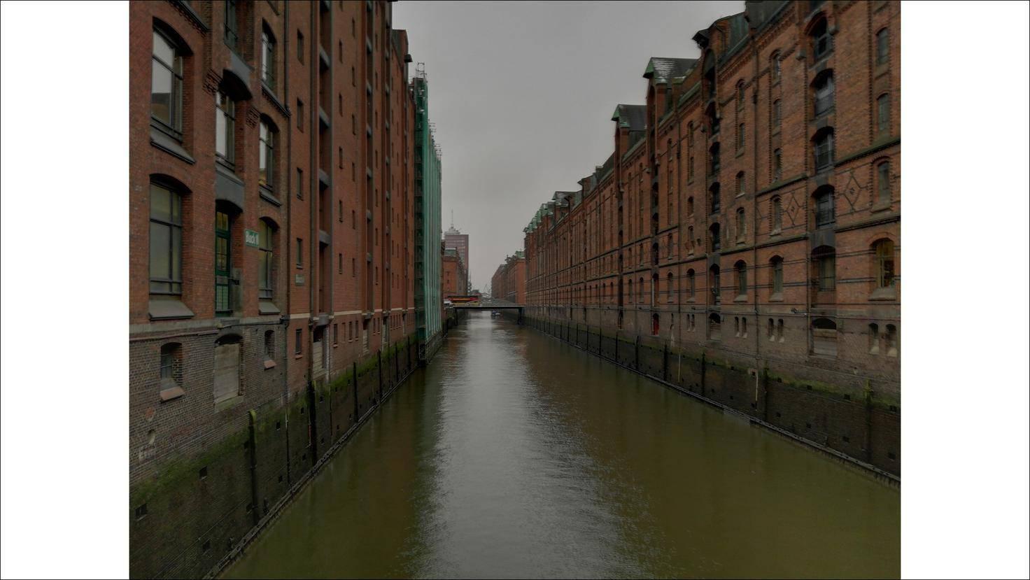 Hier ein düsterer Kanal in Hamburg ohne Nachtmodus.