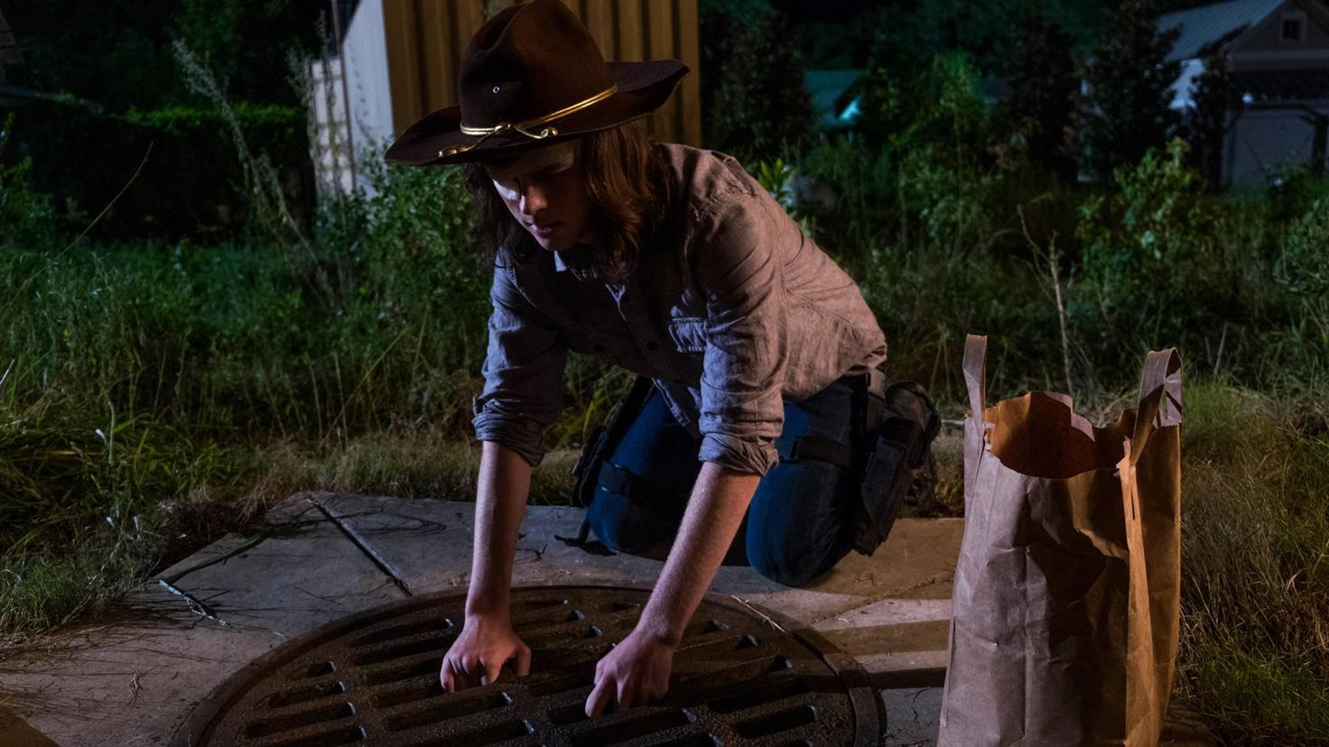 ... und auch Carl ahnt noch nichts, als er Siddiq eine Ladung Vorräte in sein Versteck bringen will.
