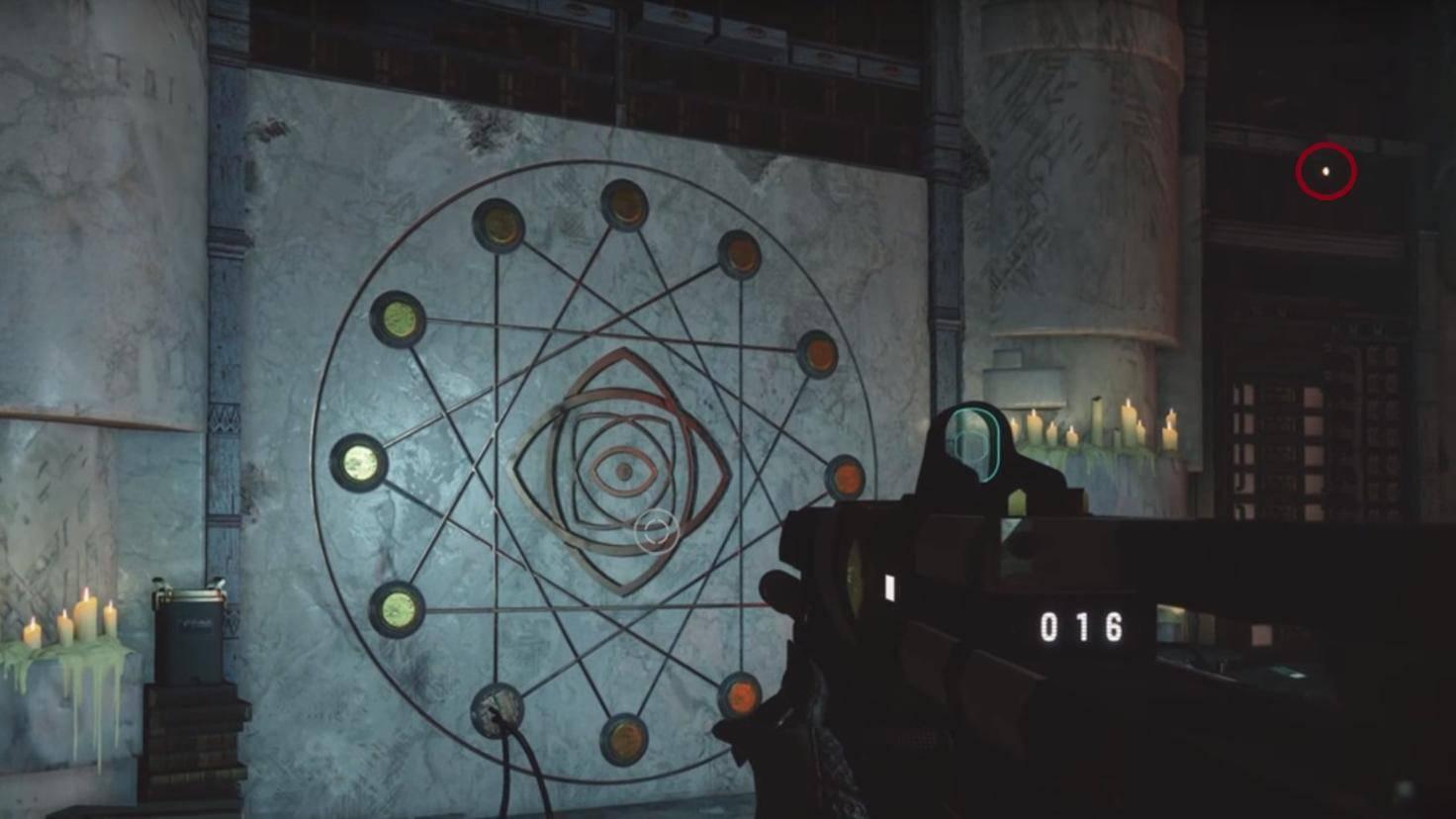 Das fünfte Buch – hier mit einem roten Kreis markiert –erkennst Du in der Nähe der Waffenschmiede als Leuchtpunkt im Regal.