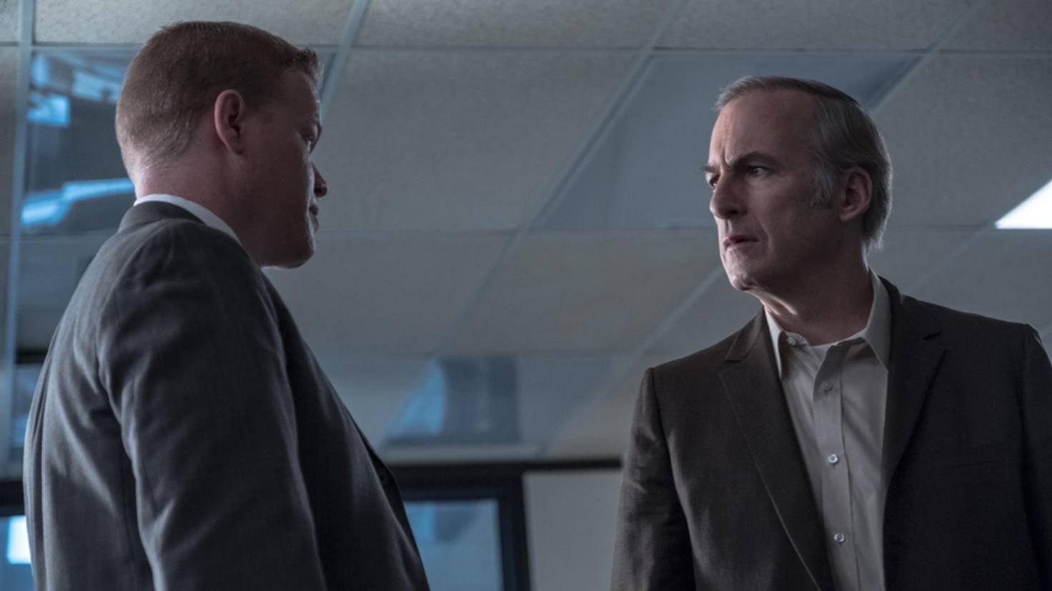 Jesse Plemons als Roger Clark (l.) und Bob Odenkirk als