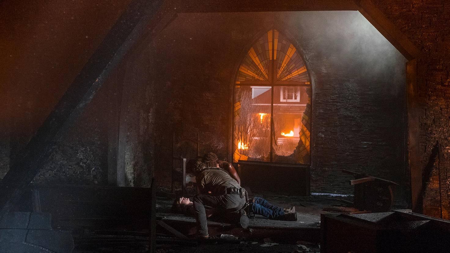 In der Kirche bereiten sich Rick, Michonne und Carl auf ihren letzten Abschied vor.