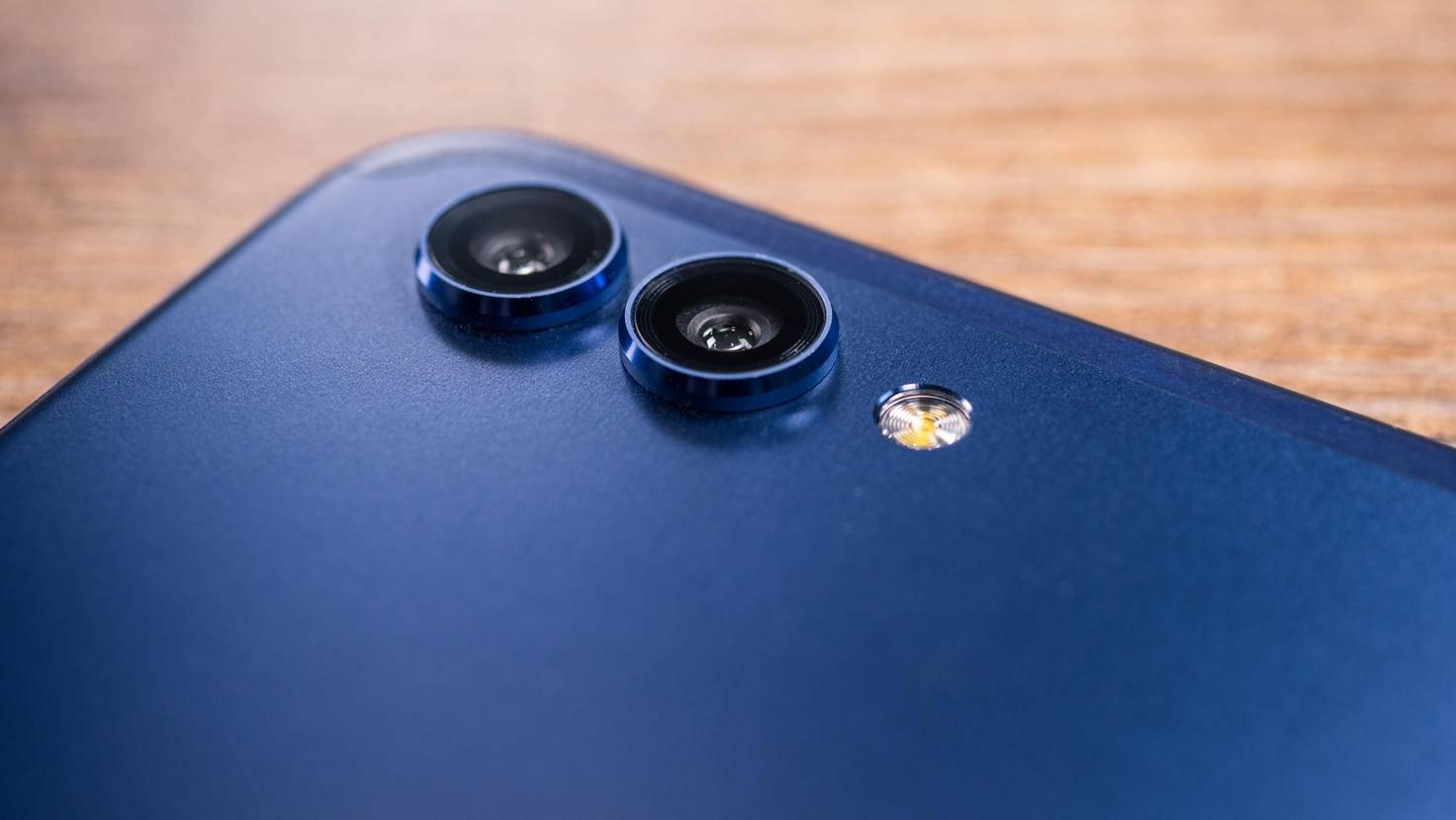 Die Dual-Kamera ragt auffällig aus dem Gehäuse.