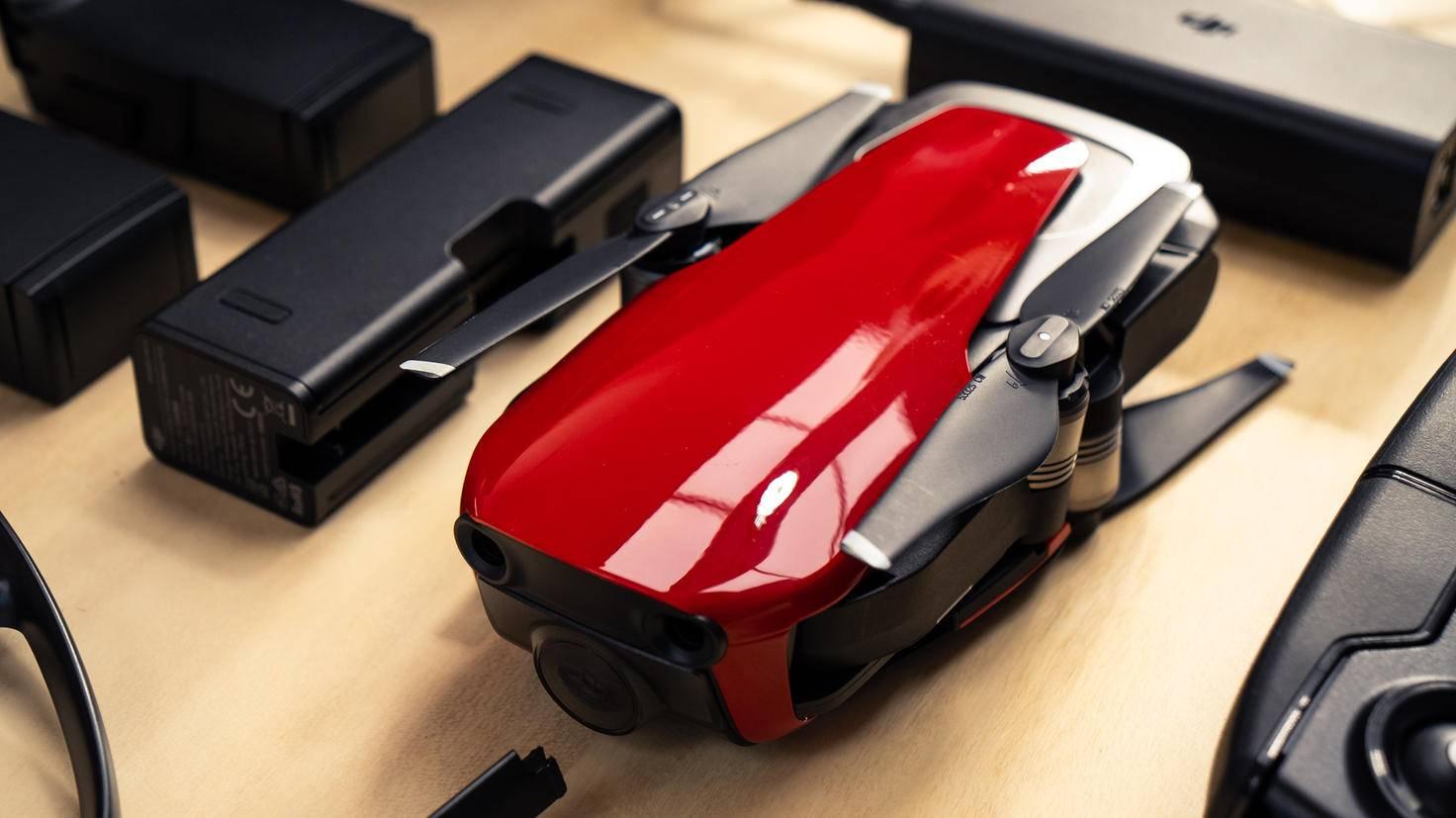 Die zusammengefaltete Drohne kann einfach in der mitgelieferten Reisetasche transportiert werden.