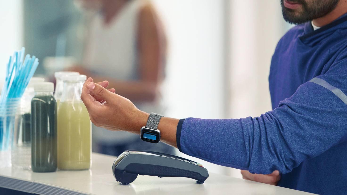 Mit der Fitbit Versa Lite kannst Du nicht kontaktlos bezahlen.