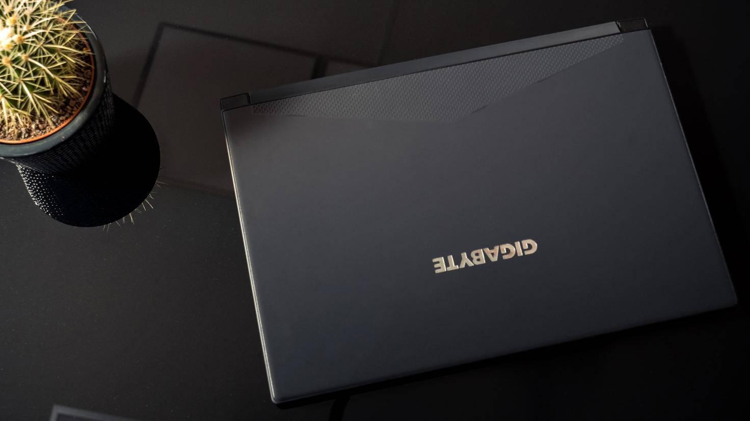 Das Gehäuse besteht aus schwarzem Aluminium.
