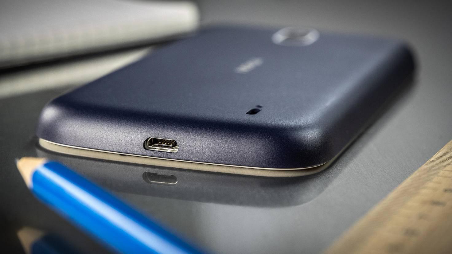 Geladen wird über Micro-USB.