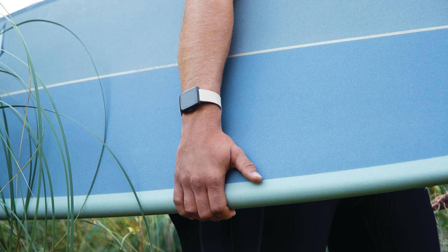 Die Fitbit Versa oder Fitbit Versa Lite kann problemlos mit zum Surfen genommen werden.