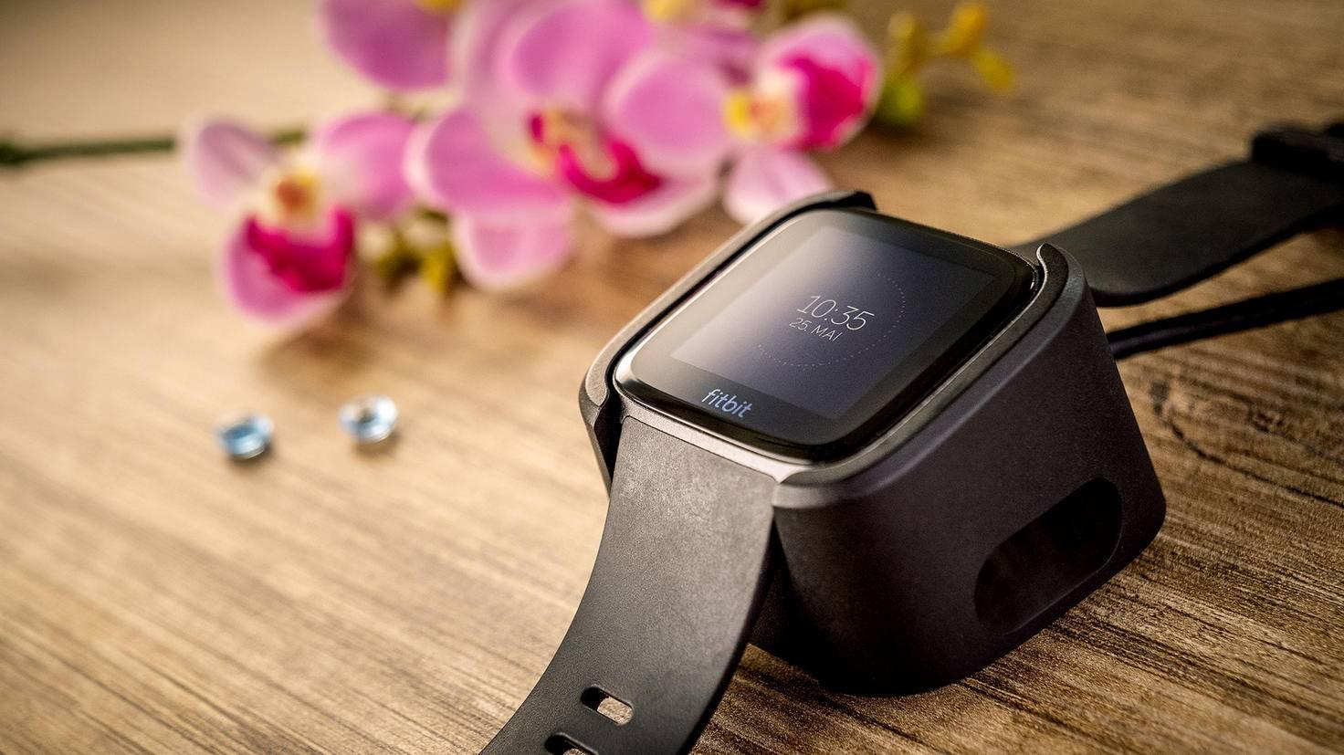 Auf der Ladestation ist der Akku der Fitbit Versa um Nu wieder aufgeladen.