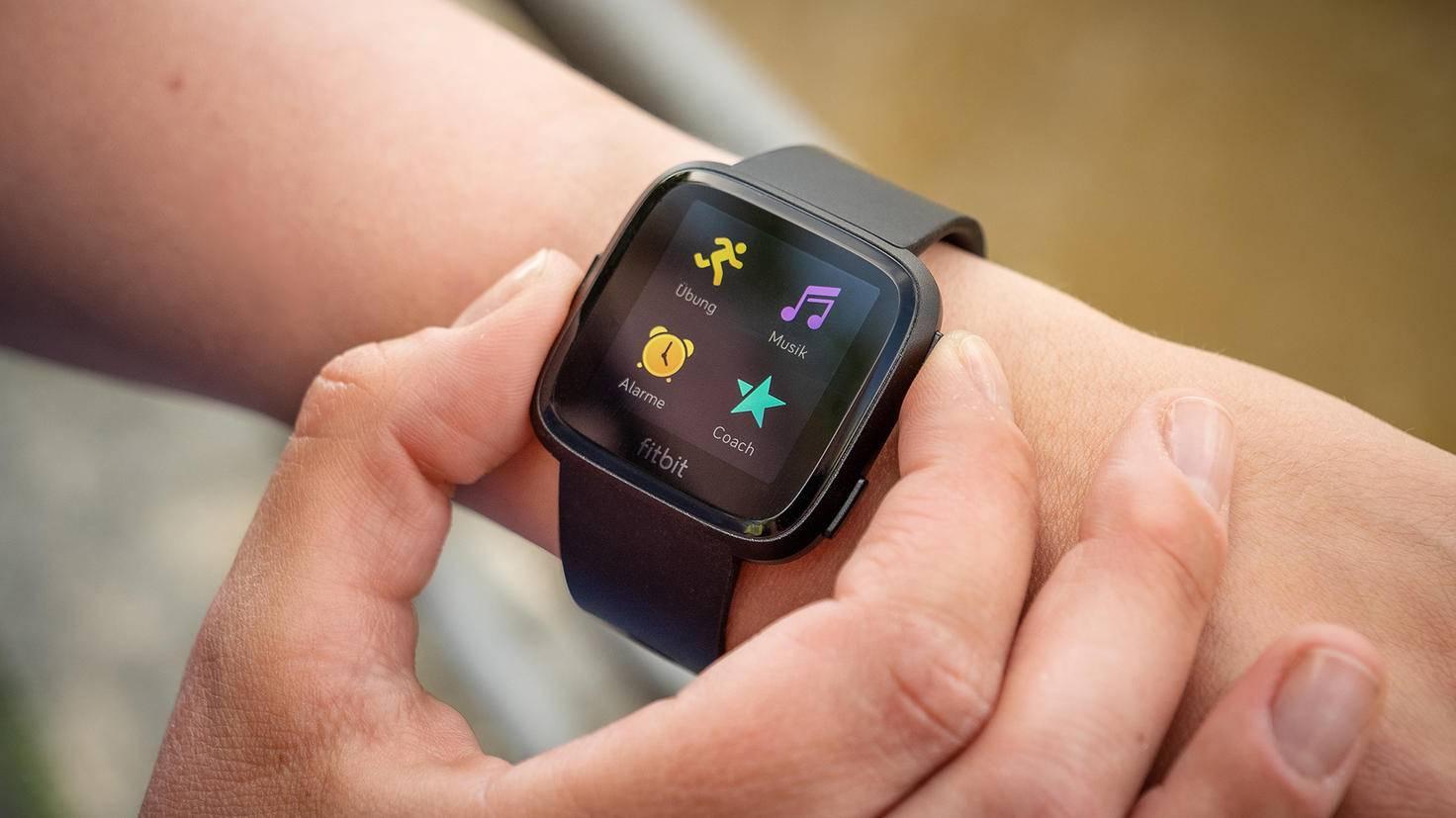 Drei Knöpfe unterstützen bei der Navigation der Fitbit Versa.