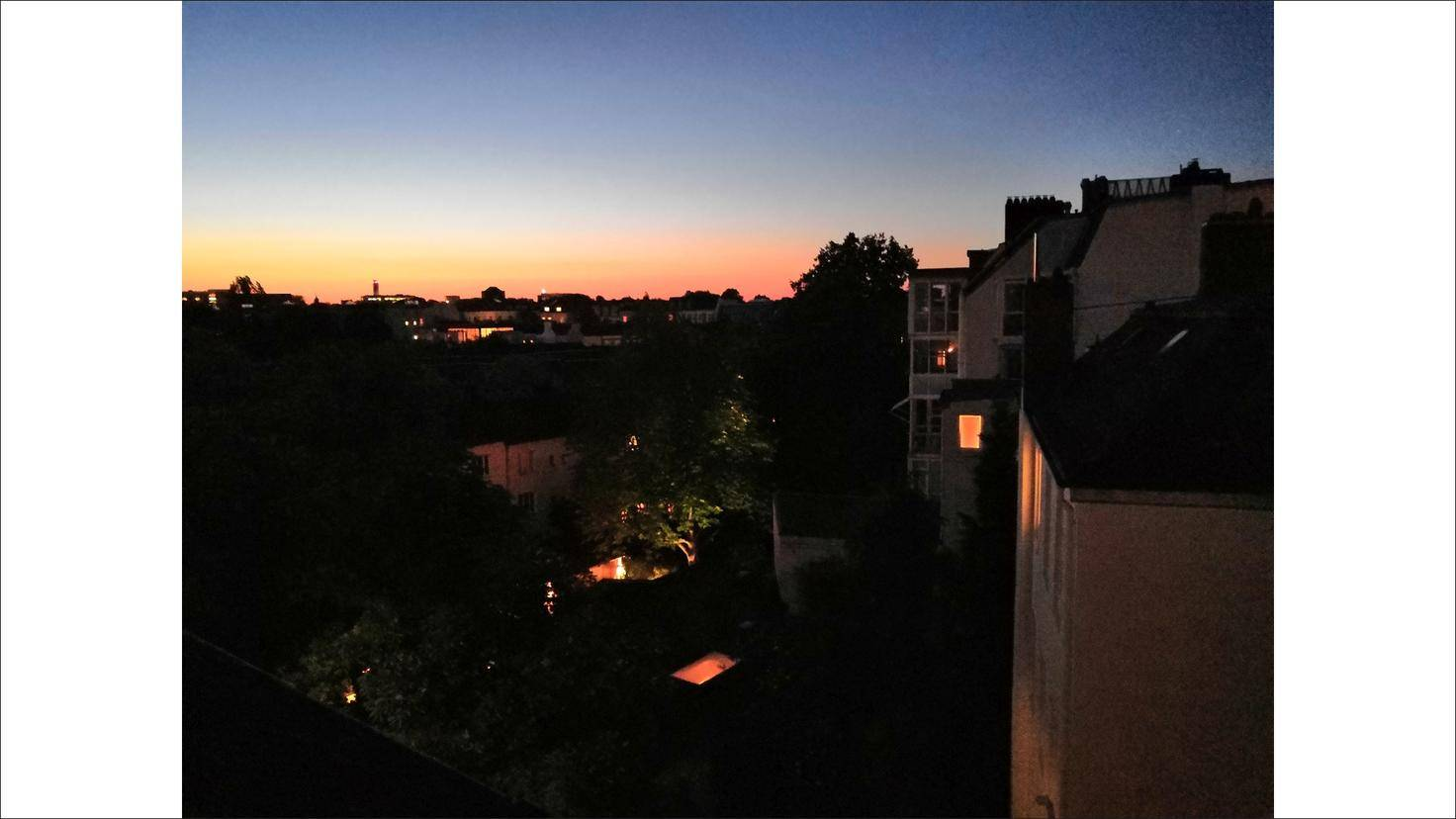 Nachtaufnahmen (hier mit KI) gelingen für Smartphone-Verhältnisse ordentlich.