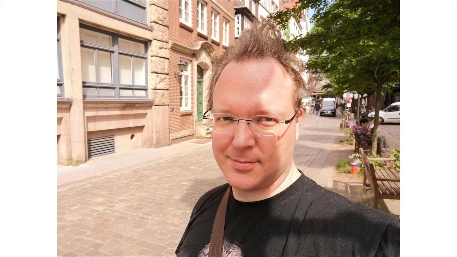 Die 24-Megapixel-Selfie-Kamera ermöglicht scharfe Porträtaufnahmen.