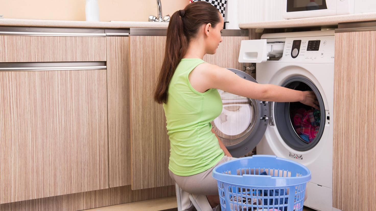 Waschmaschine-Frontlader-Frau-Elnur-AdobeStock_135987018