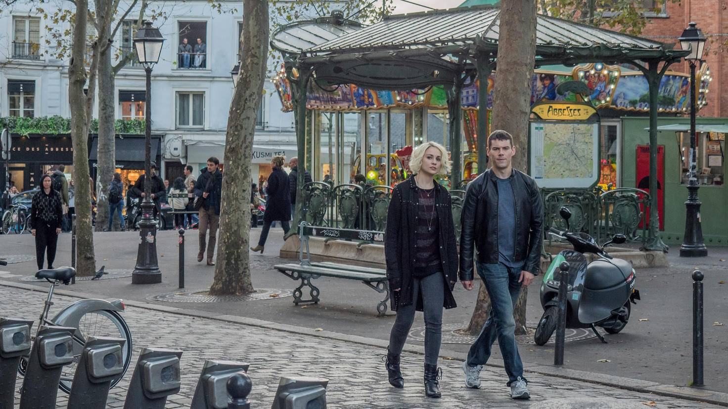 """Riley und Will verschlägt es im """"Sense8""""-Finale nach Paris."""
