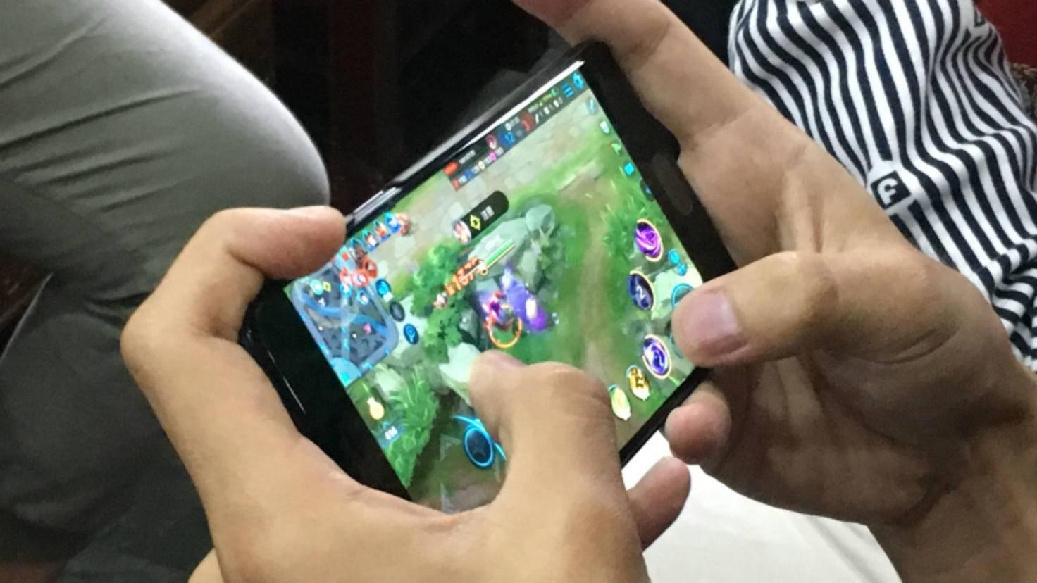 106473302-dpa-mobile-gaming