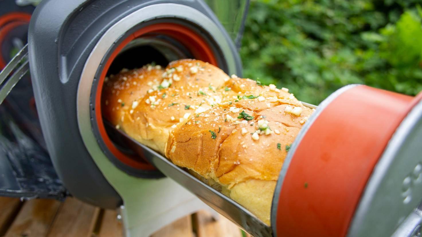 ... backt Brot und röstet Speisen auf Wunsch auch.
