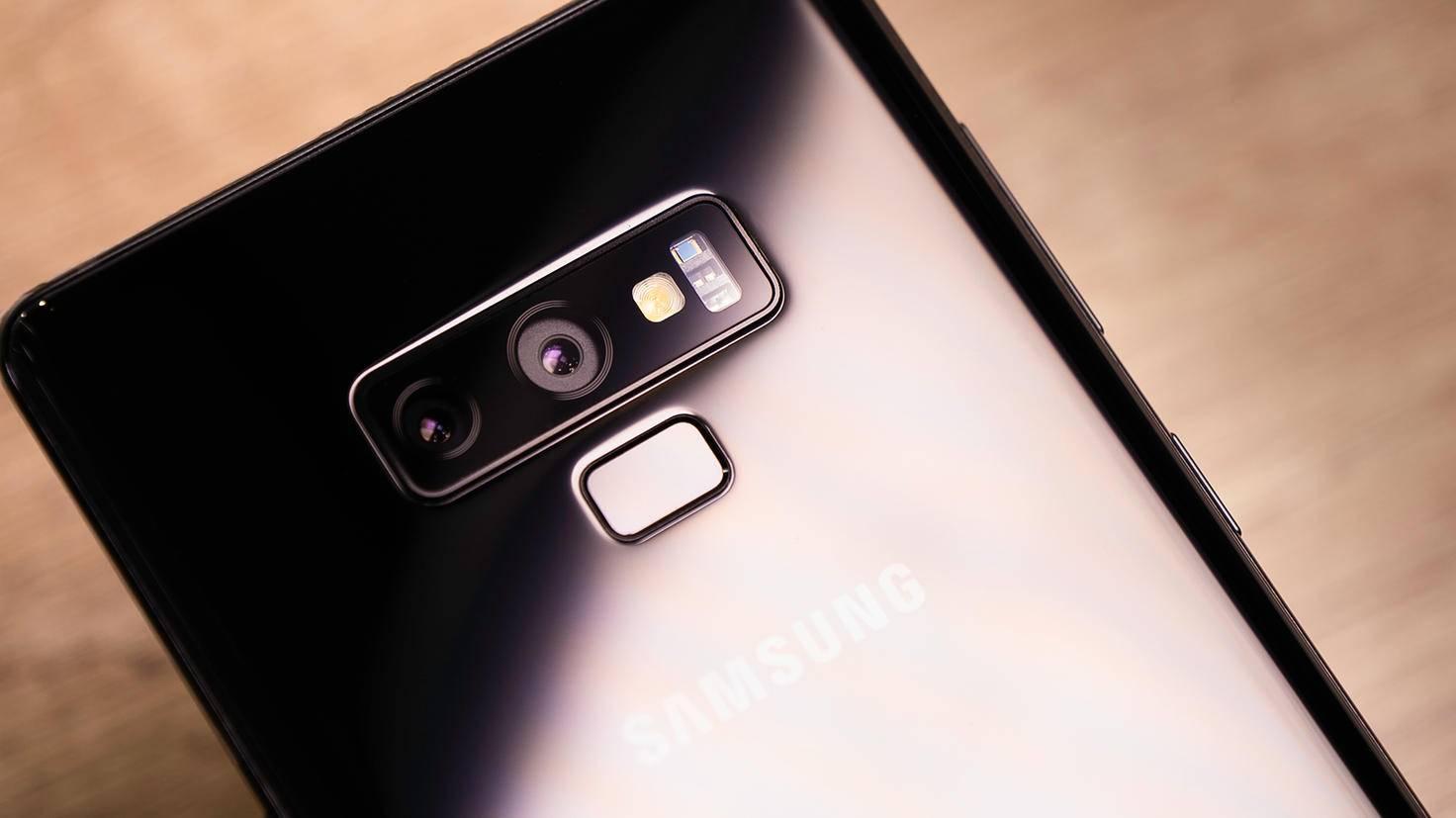 Auf der Rückseite findet sich eine Dual-Kamera, der Fingerabdrucksensor sitzt nun darunter.