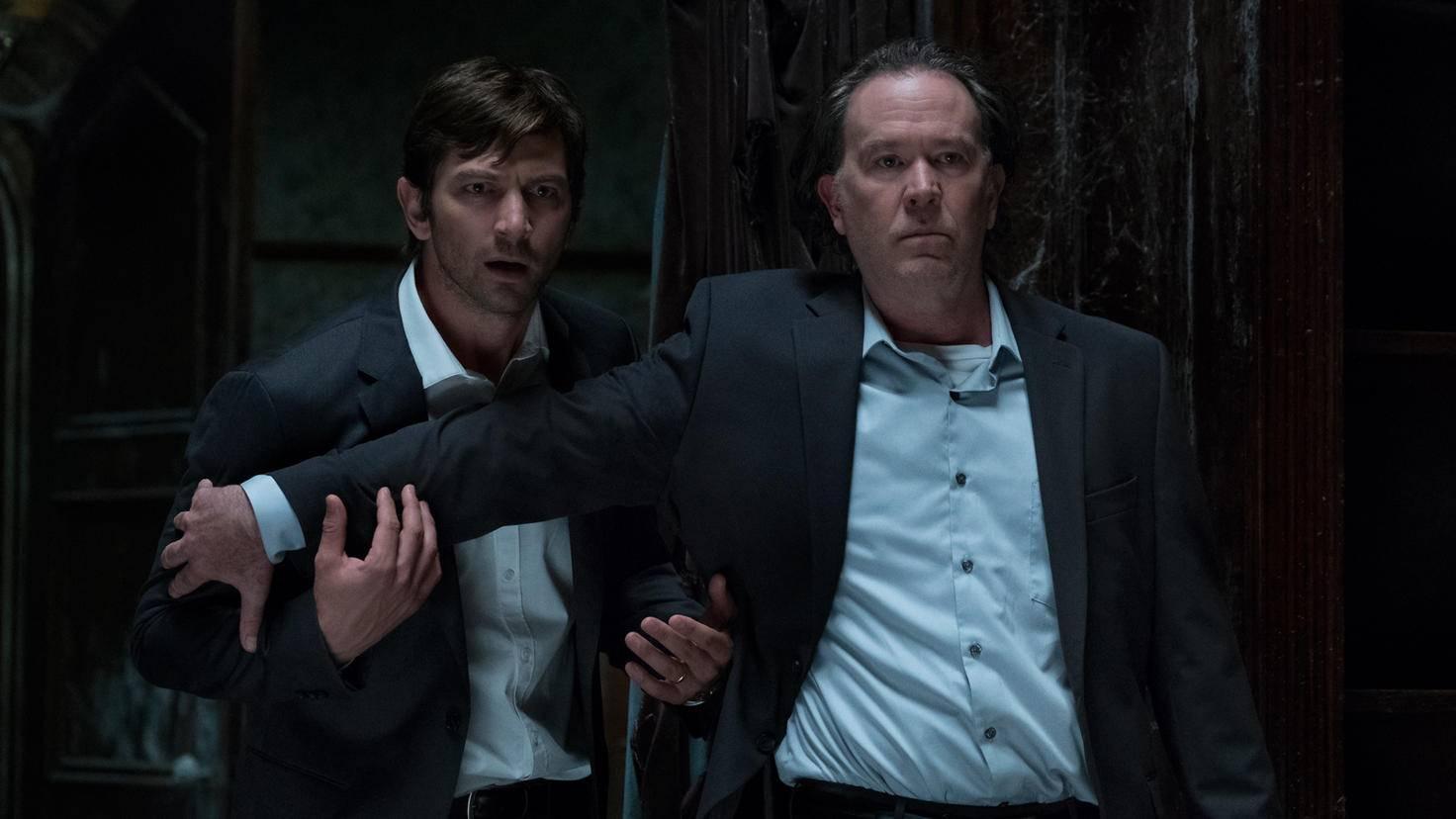 """Michiel Huisman und Timothy Hutton sind nur zwei Mitglieder des überaus überzeugenden Casts von """"Spuk in Hill House""""."""