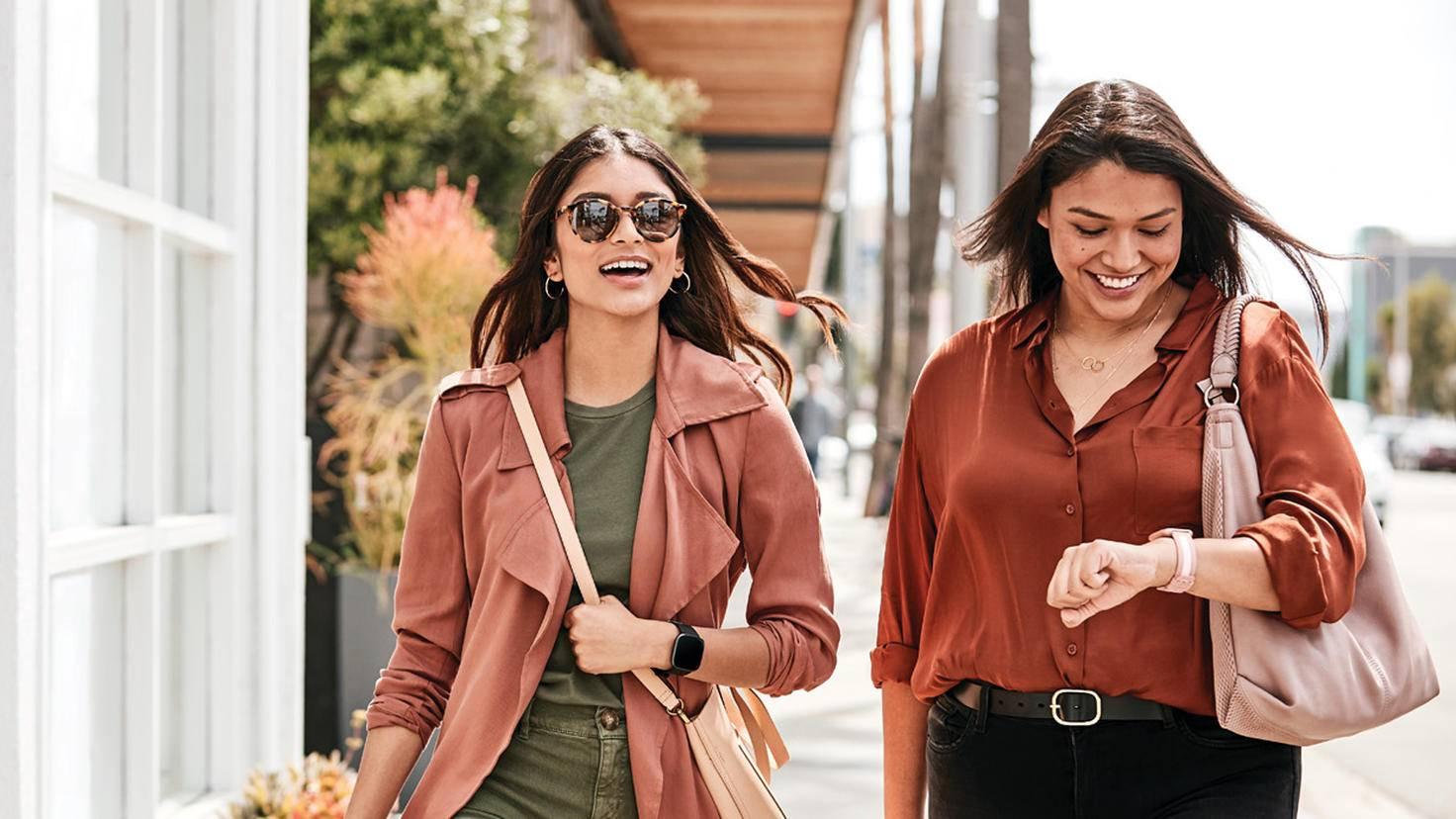 Fitbit Versa 2 frauen straße shopping