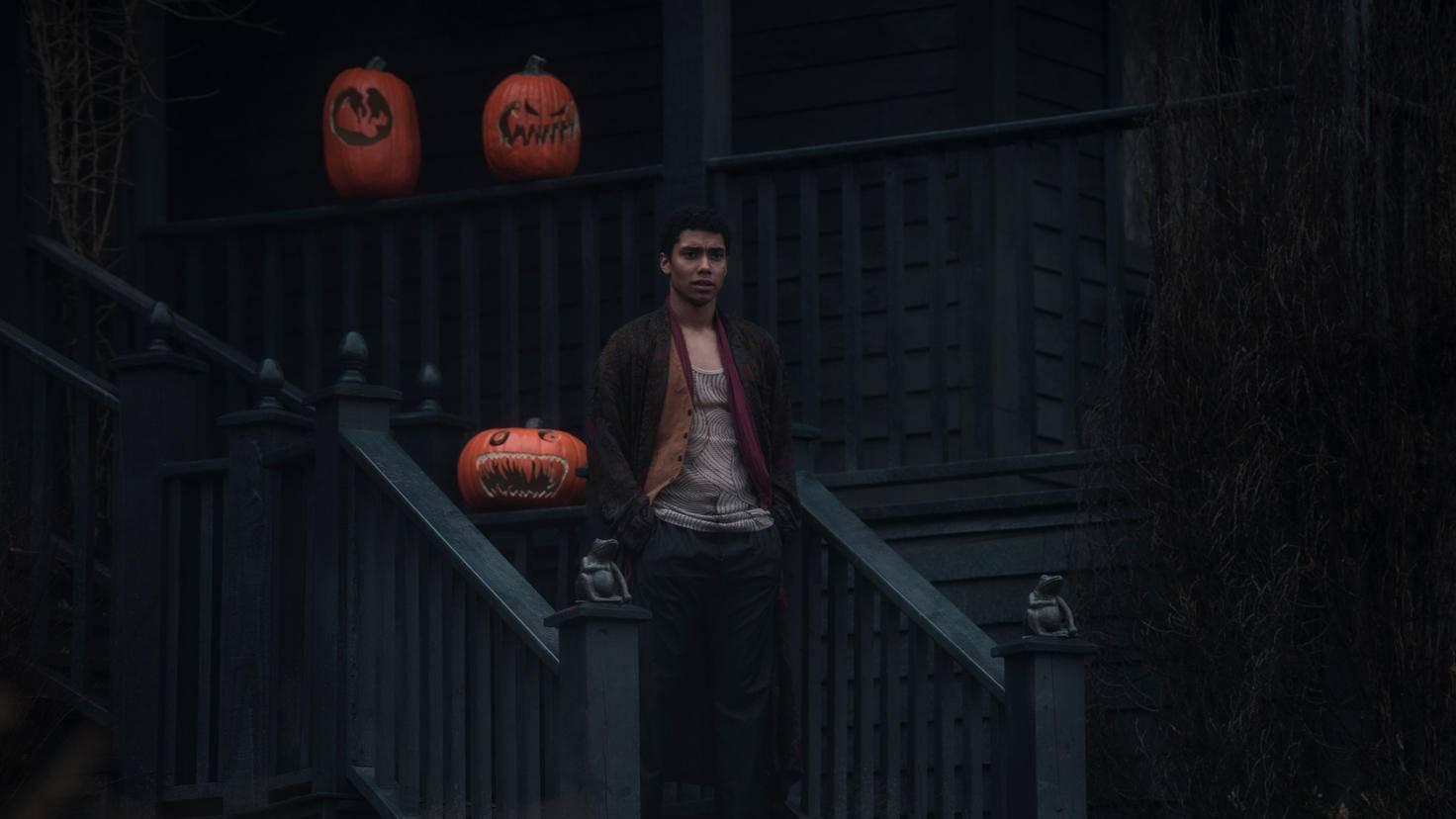 Mit Sabrina und den Tanten lebt Ambrose, ein Cousin der Junghexe, der ans Haus gefesselt ist.