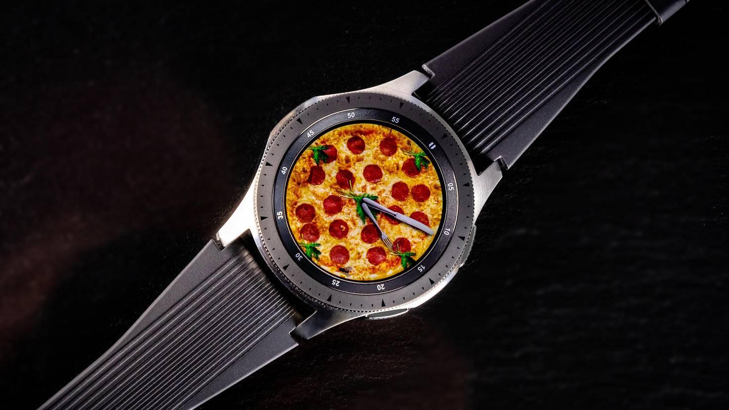 Neben den vorinstallierten Watch Faces gibt es unzählige weitere in der Galaxy-Wearable-App.
