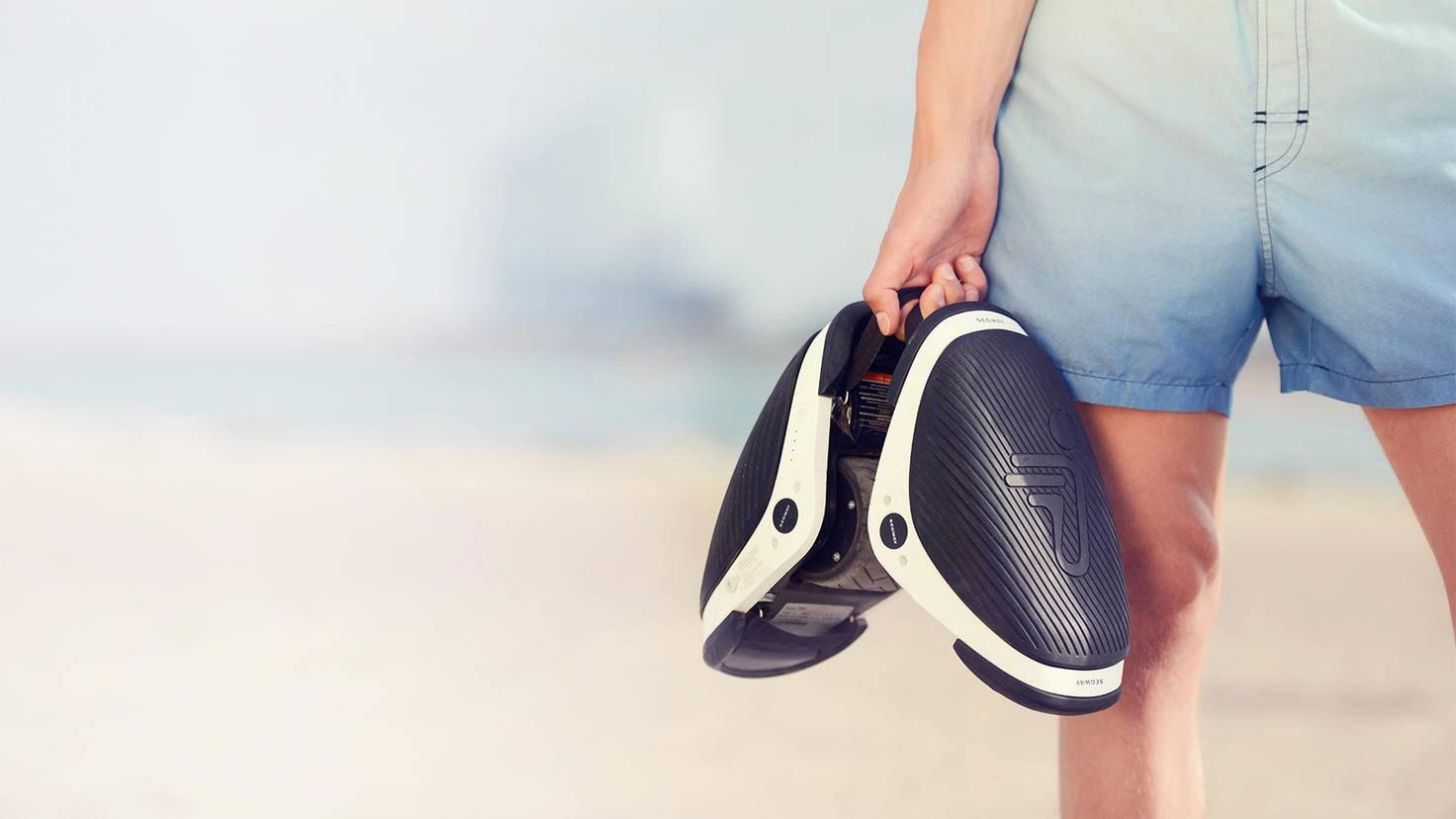 Die handlichen Skates können dank Gummibändern bequem getragen werden.