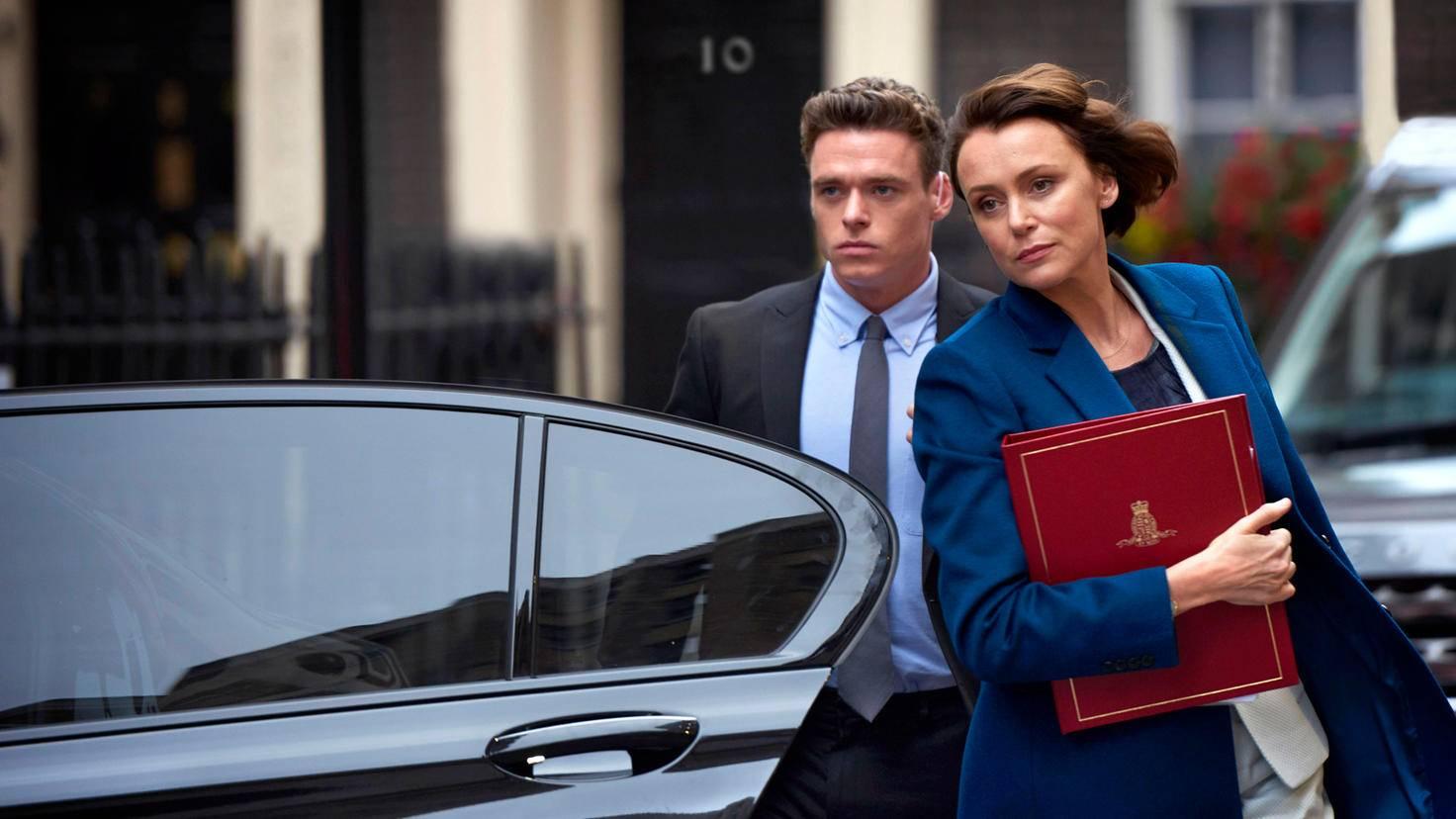 ... der die britische Innenministerin Julia Montague (Keeley Hawes) beschützt.