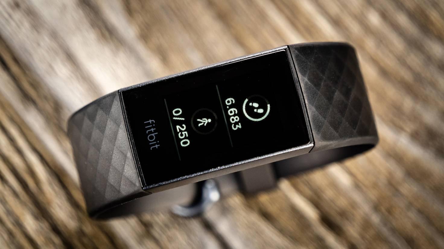 Mit dem Fitbit Charge 3 bekommst Du einen sehr guten Fitness-Tracker.