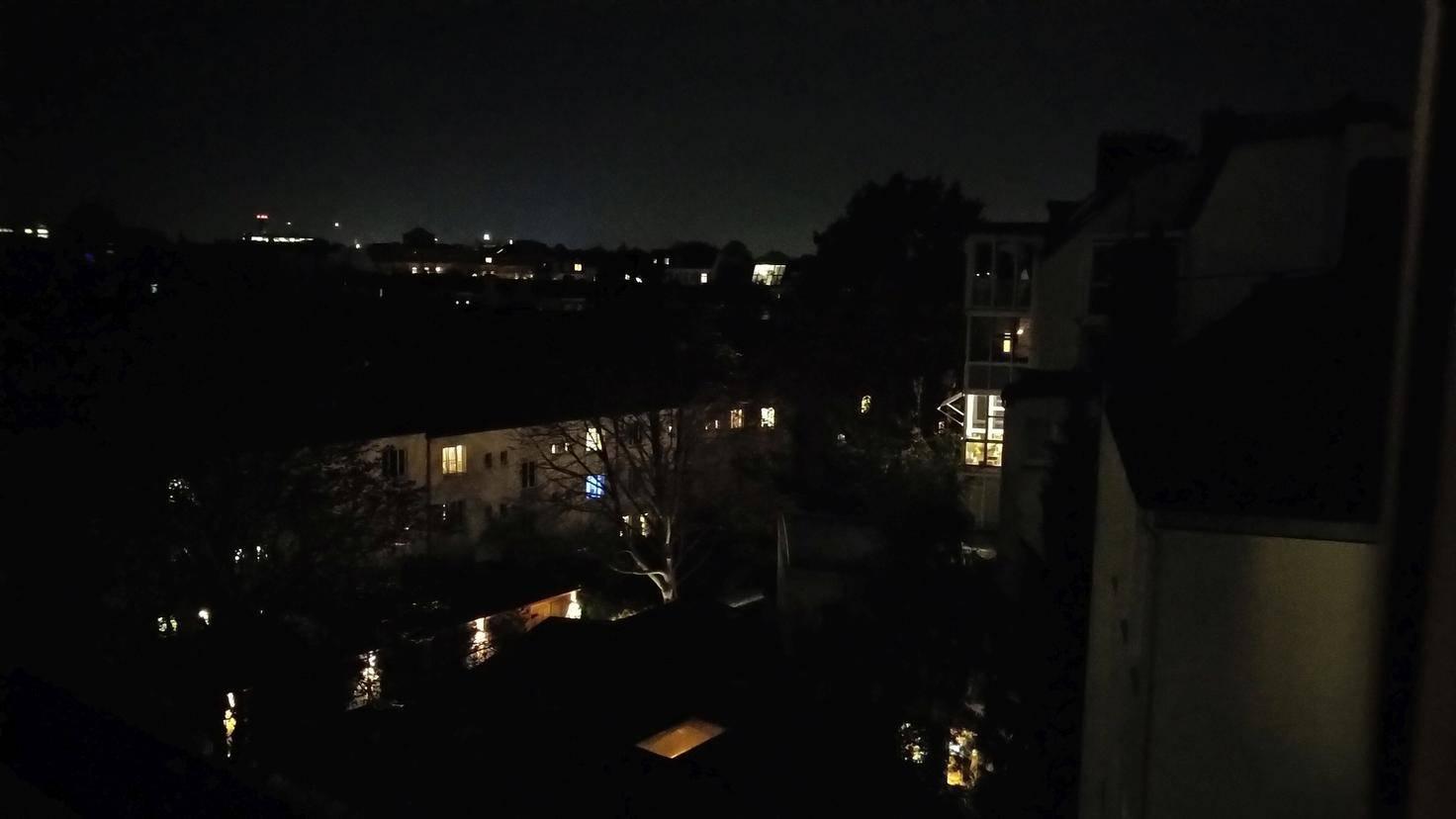 Nachts löst die Kamera nur im Pro-Modus überhaupt aus.