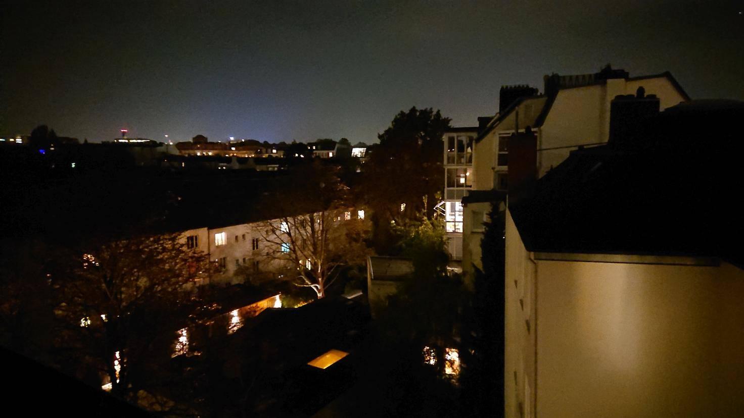 Nachtaufnahmen sind recht detailliert, aber verrauscht.