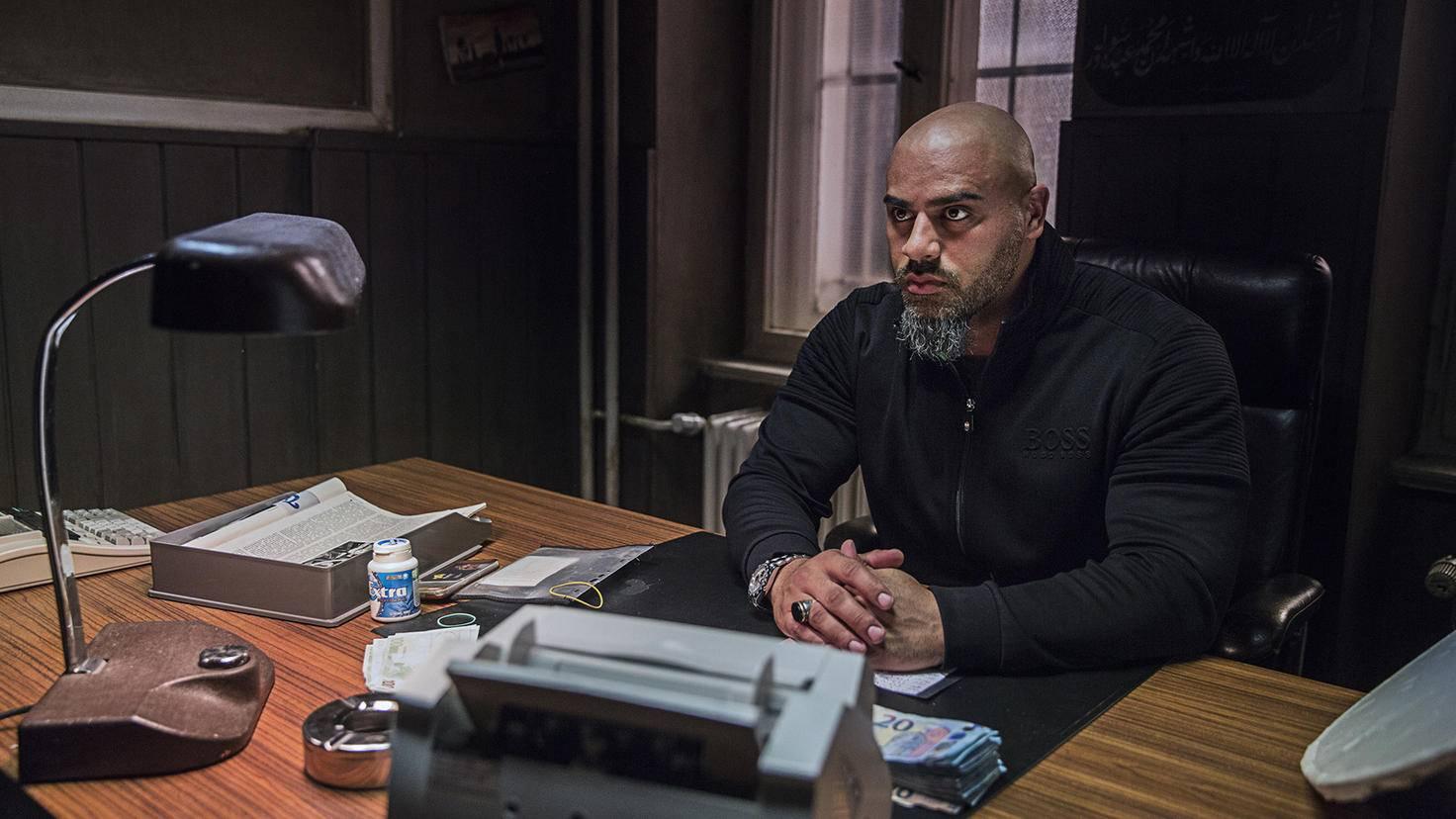 Latif kümmert sich um Tonis Drogengeschäfte.