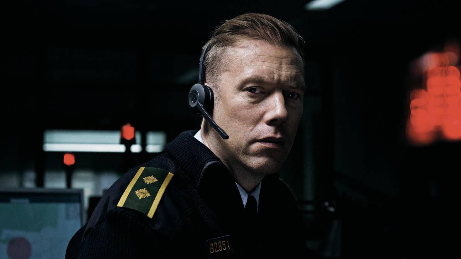Eigentlich hatte sich Asger auf eine entspannte letzte Nacht in der Telefonzentrale der Polizei eingestellt.