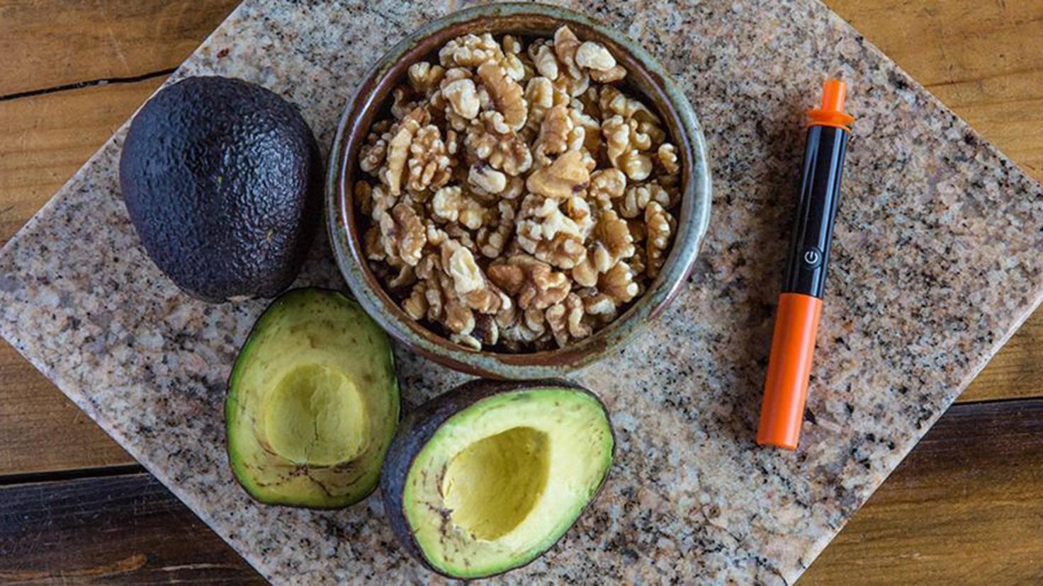Avocados und Nüsse sind für die ketogene Diät ideal.