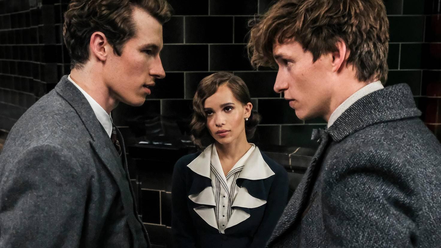 Lita Lestrange steht zwischen den Brüdern Newt und Theseus Scamander – im wörtlichen wie im übertragenden Sinne.