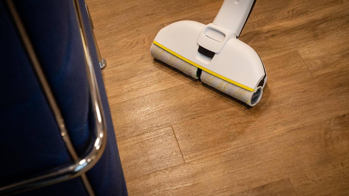 Holzboden reinigt der Kärcher genauso gründlich wie Fliesen.