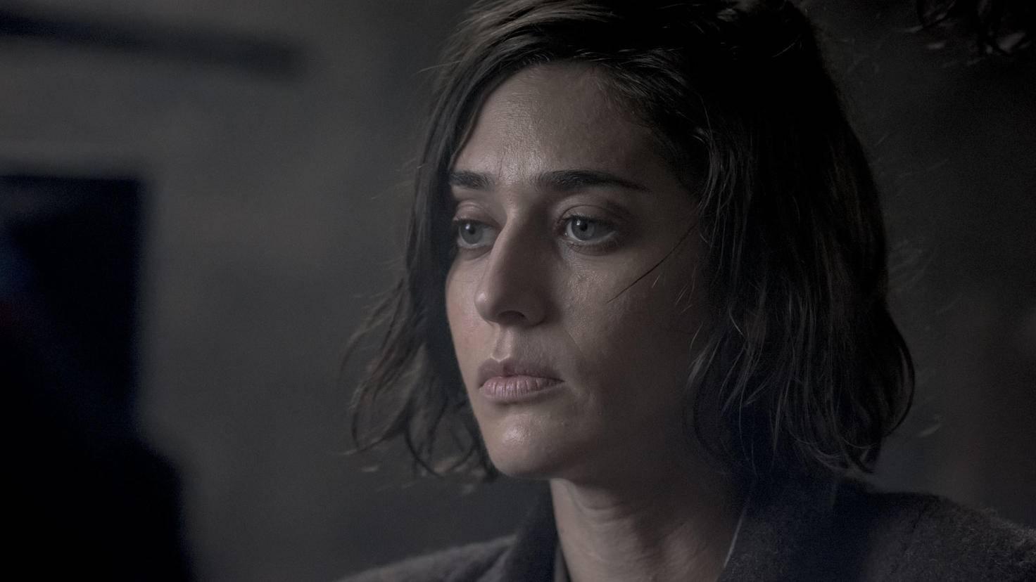 Lizzy Caplan als Carla Monroe, die Anführerin einer Résistance-Zelle.