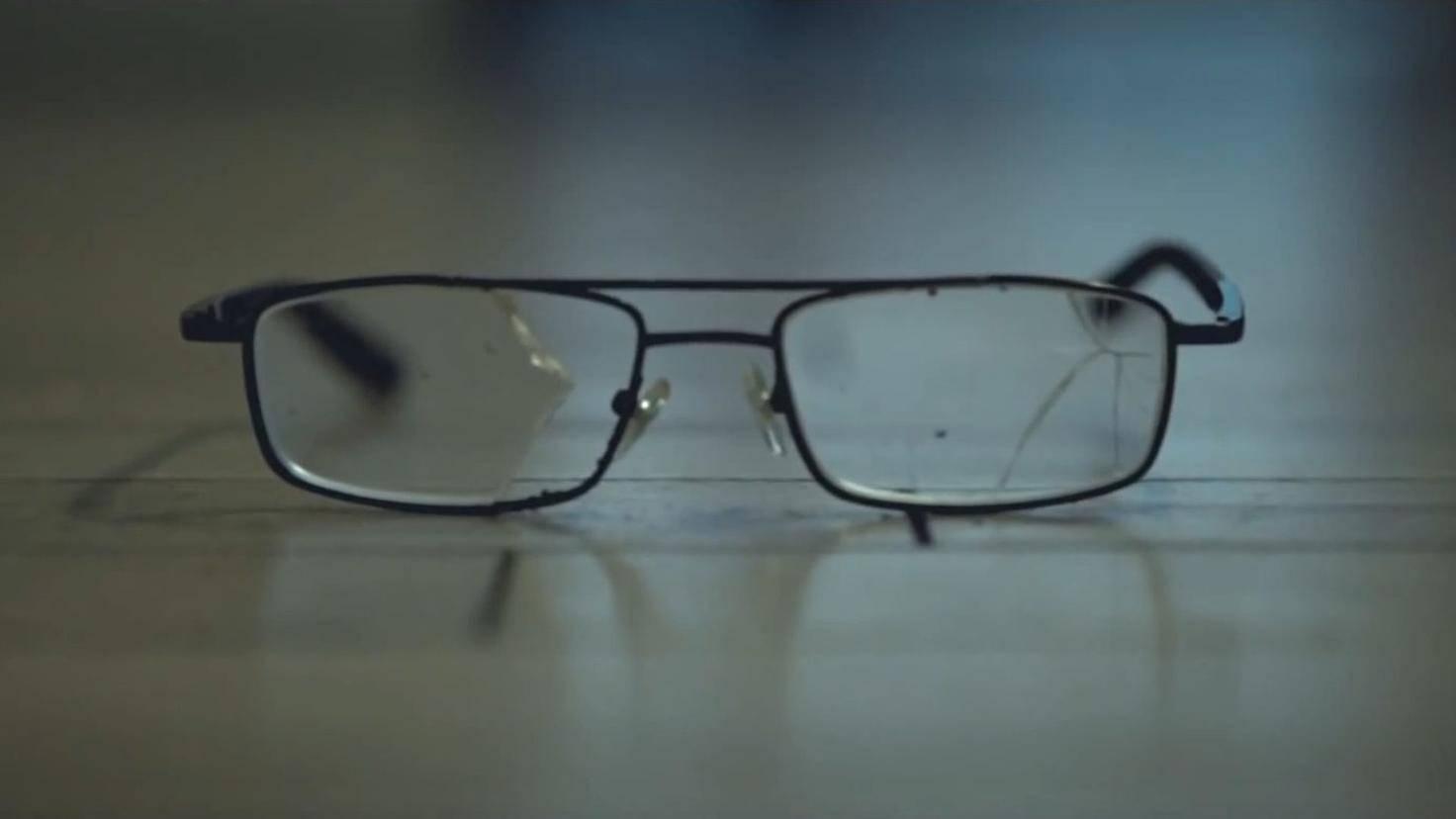 """Die Brille war doch gestern noch nicht da... Die """"Hinterlassenschaften"""" haben einen dramatischen Hintergrund."""
