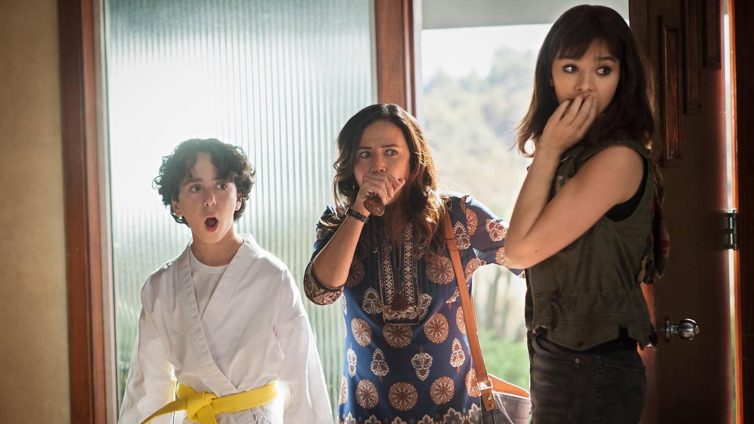 Jason Drucker als Otis Pamela Adlon als Sally und Hailee Steinfeld als Charlie in Bumblebee