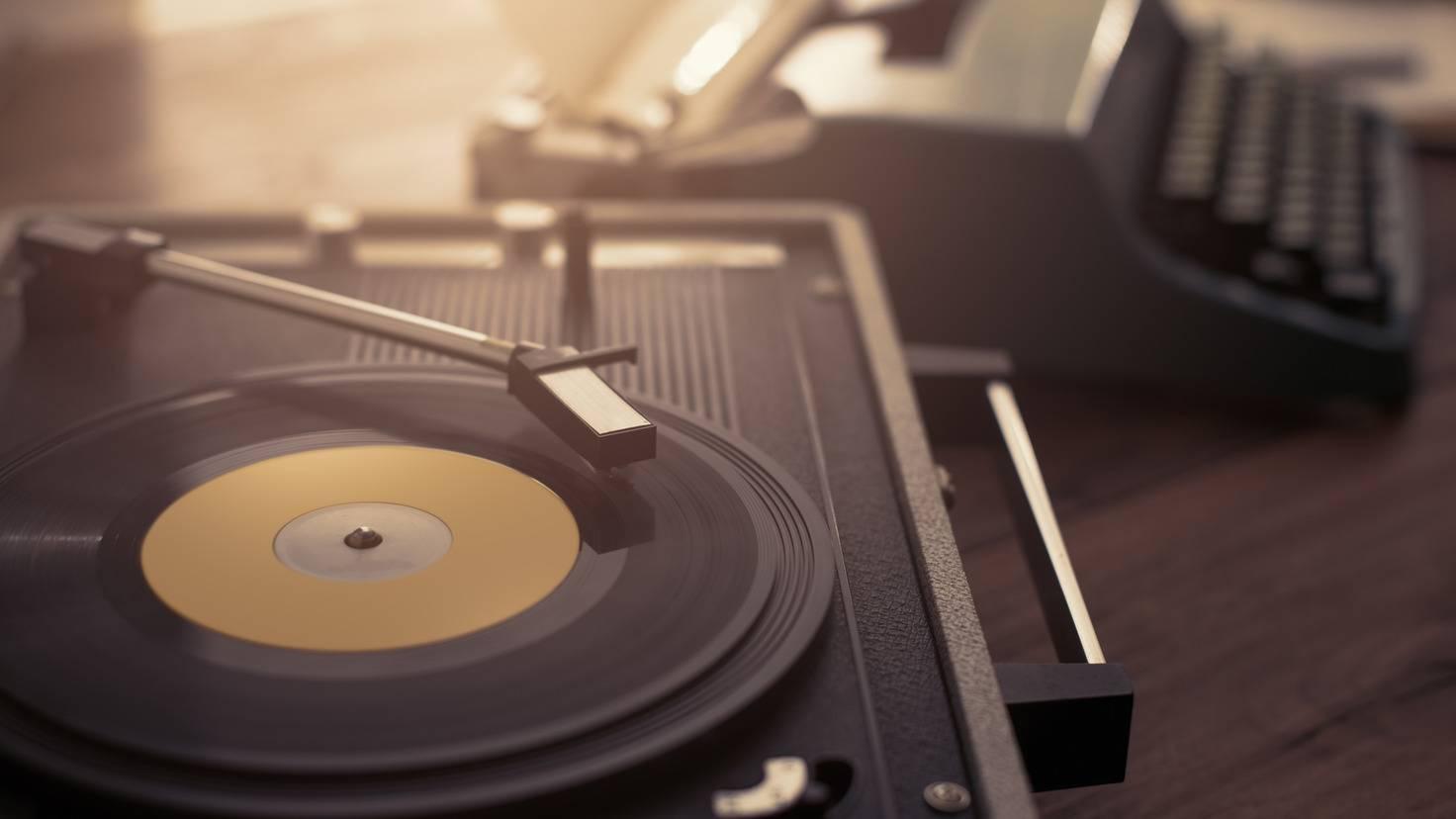 Plattenspieler-AdobeStock-198163258-stokkete