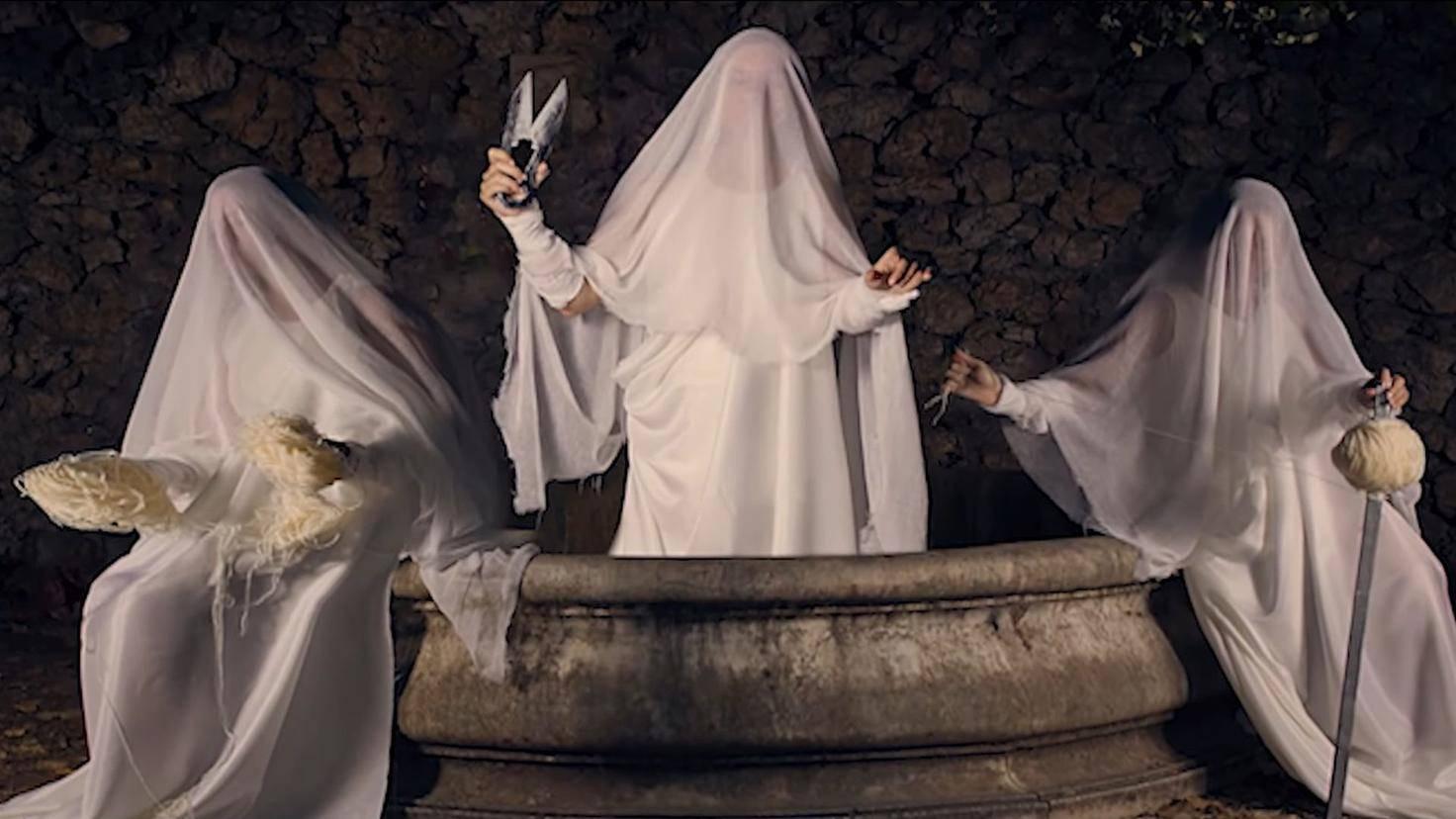 Die Griechen nannten die Schicksalsgöttinnen Erinnyen, die Römer Moiren oder Parzen – aber das wusstest Du natürlich.