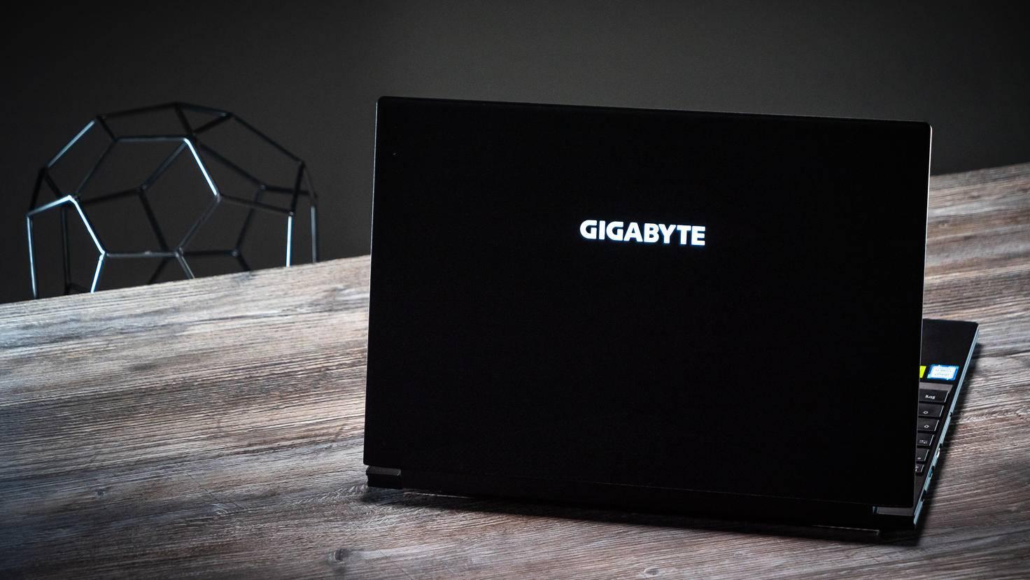 Der Laptop kommt in einem edlen Aluminium-Chassis daher.