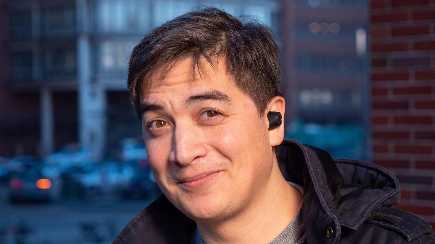 Die Sennheiser-In-Ear-Kopfhörer sitzen über dem Ohr.