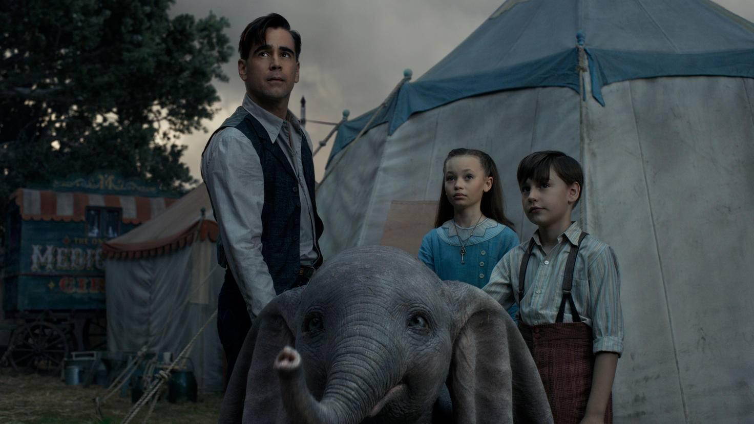 Tiertrainer Holt Farrier und seine Kinder kümmern sich um Dumbo, ...