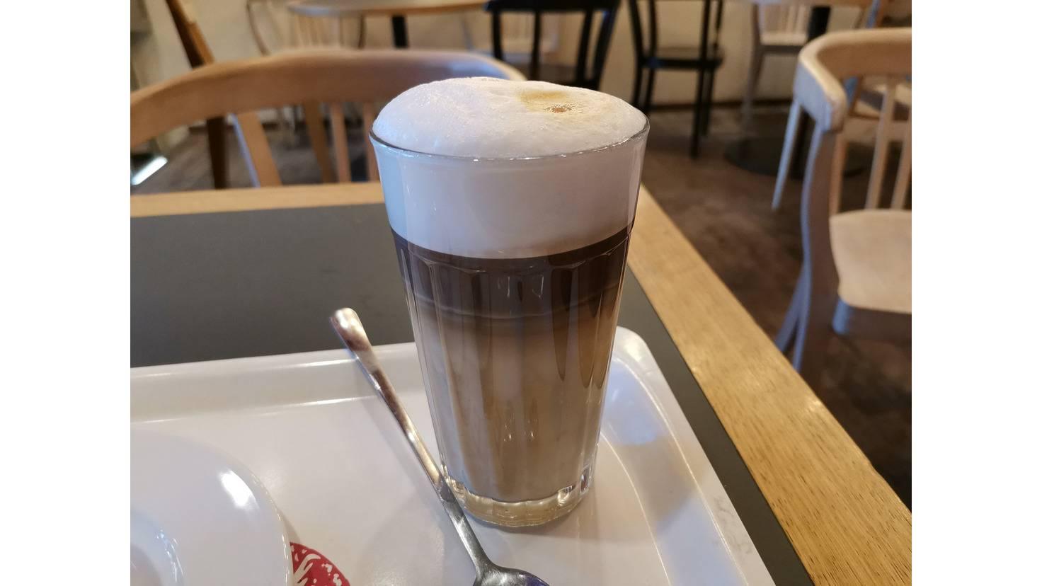 Genau so hat der Latte Macchiato auch im echten Leben ausgesehen – das spricht für die genaue Farbdarstellung.