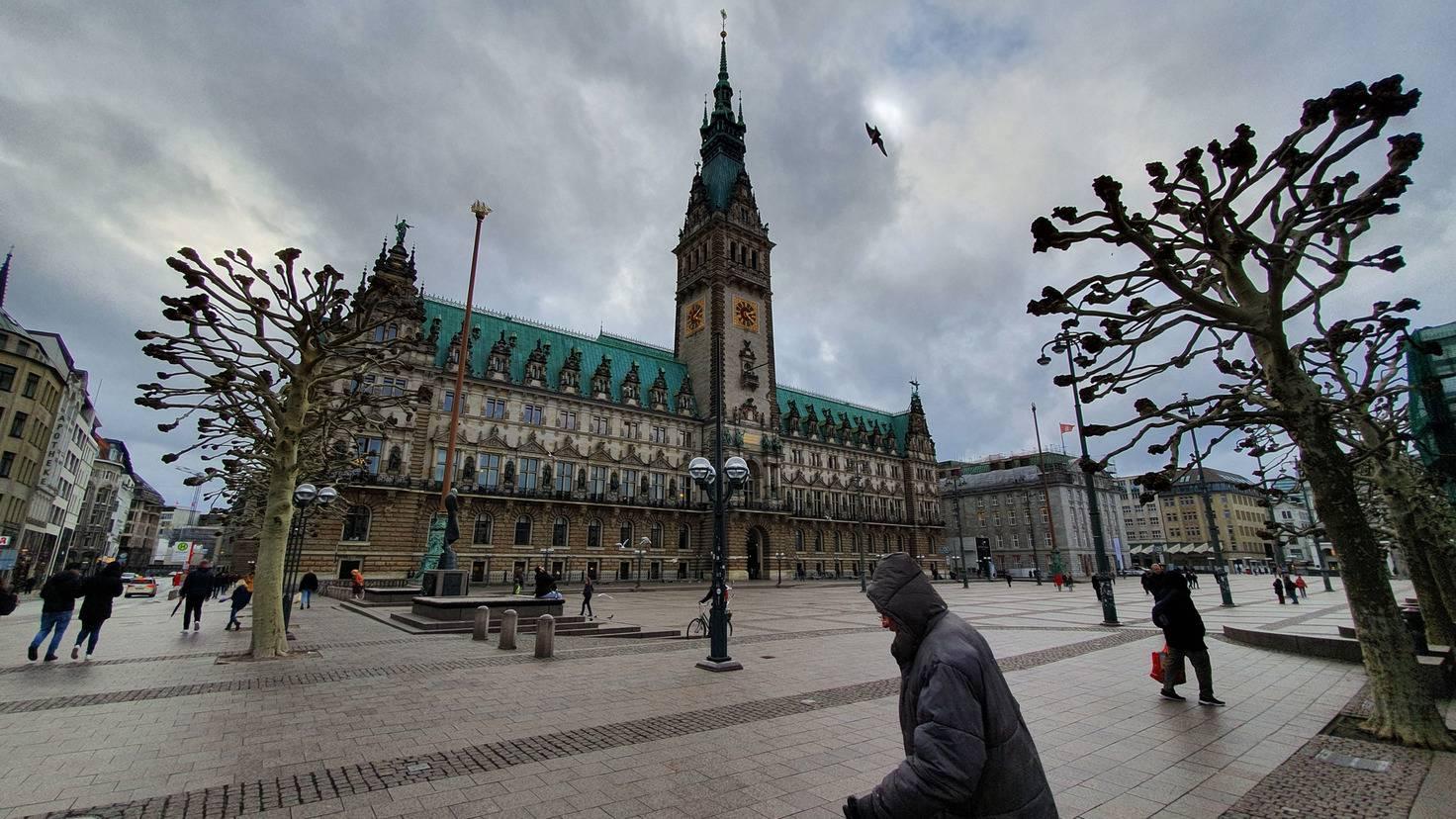 Die Ultraweitwinkelkamera eröffnet neue Perspektiven wie hier beim Hamburger Rathaus.