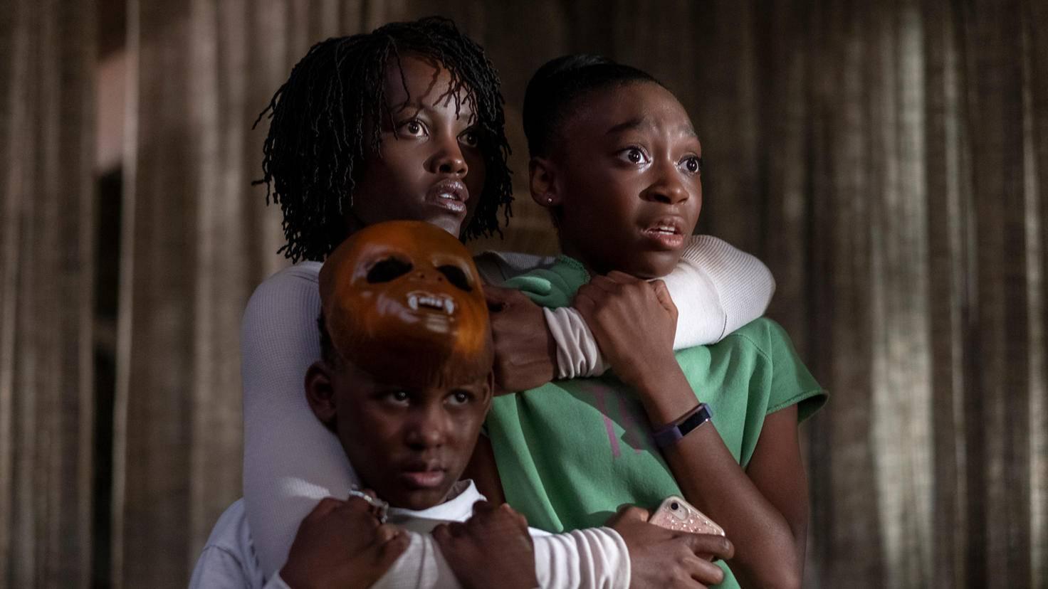 Adelaide versucht, ihre Kinder vor den Eindringlingen zu schützen.