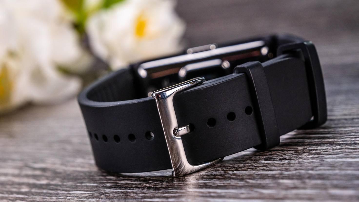 ... und die Schnalle des Armbands sind aus Metall.