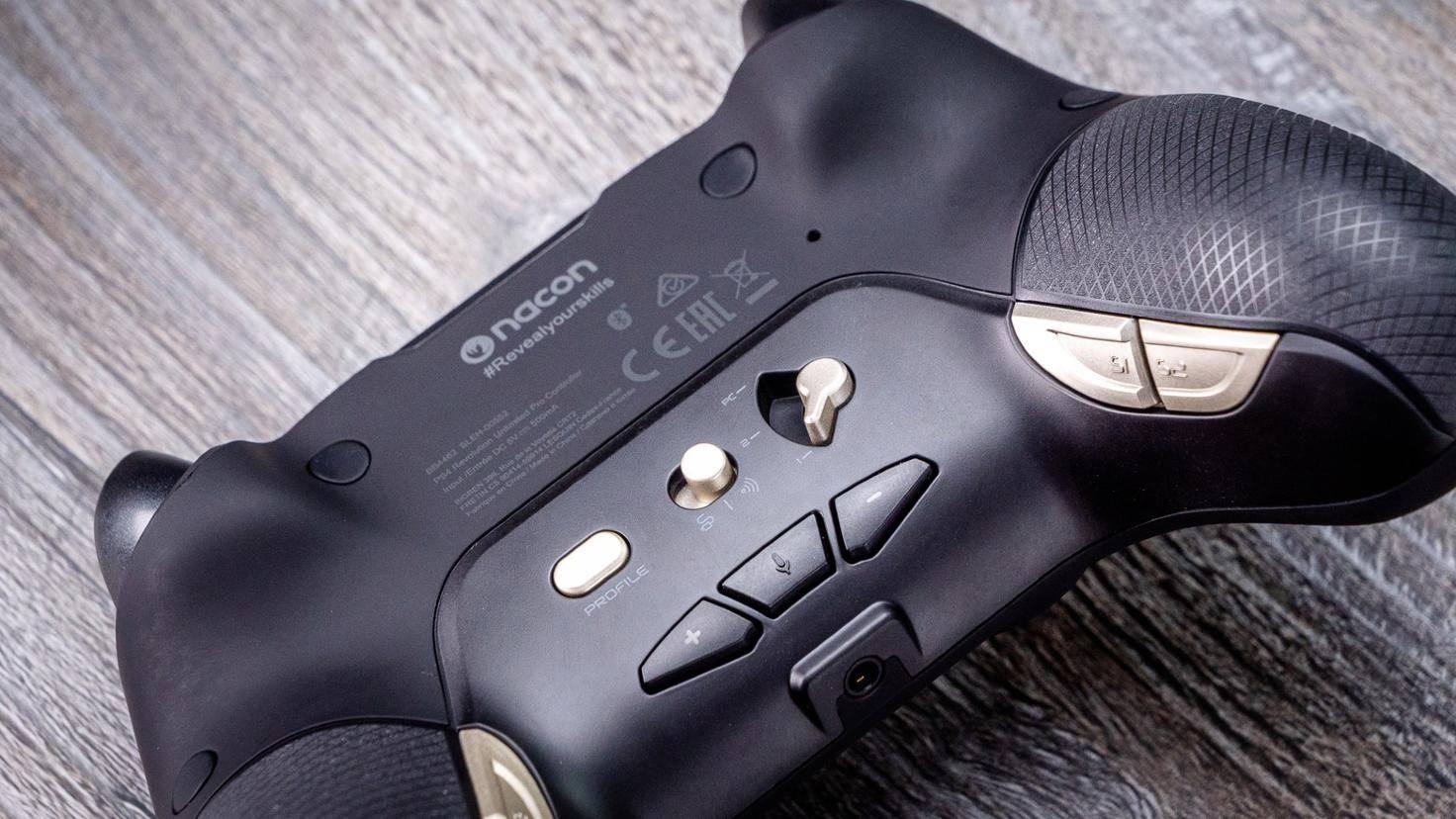 Über Tasten an der Unterseite lässt sich die Lautstärke im Spiel regeln.