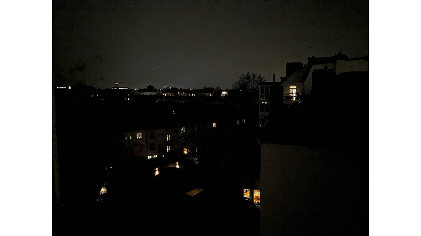 Nachtfotos schaffen andere Smartphones besser, vor allem ohne RAW-Bearbeitung. (JPG)